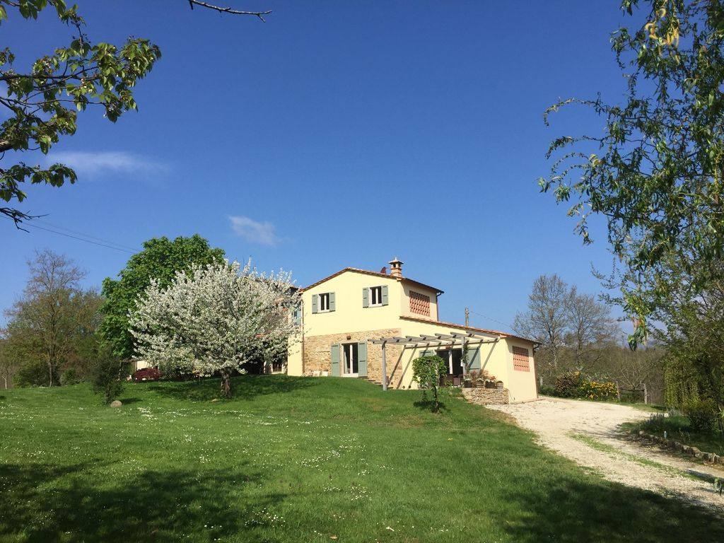 IDYLLIC FARMOUSE WITH 20 M LONG POOL IN MEDIEVAL & EARLY RENAISSANCE TUSCANY