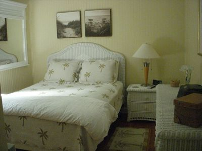 Main Cottage Palms Bedroom - Queen Bed & Flat Screeen TV