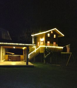 Night view with treehouse and Hot-Tub