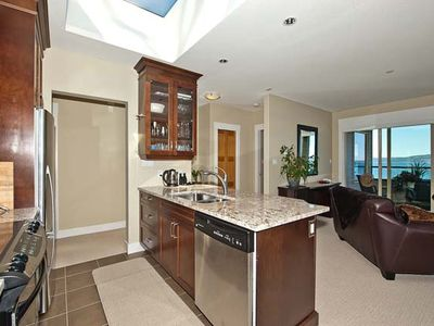 Granite and wood, fully equipped kitchen