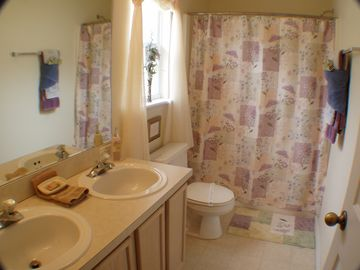 Master: en-suite bathroom