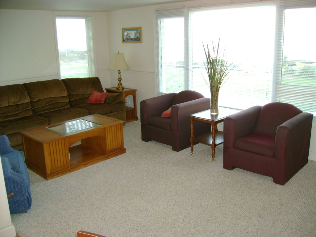 Lake huron beachfront cottage in port homeaway port huron for Living room north end