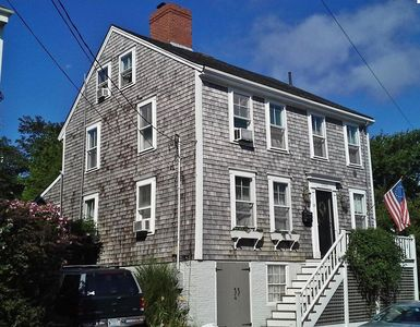 Historic Town-former Whaling Captain's home-suite rental within