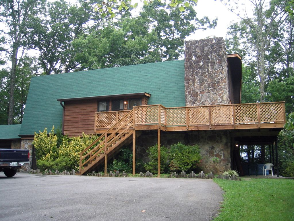 Affordable five bedroom chalet gatlinburg vrbo for 10 bedroom cabins in tennessee