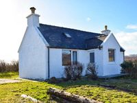 AMBERS COTTAGE, pet friendly, with a garden in Staffin, Ref 917333