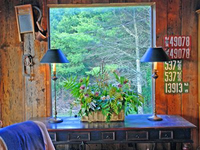 Independence cabin rental - Locally picked wild foliage & fauna decorate a corner of LR. Create your own!