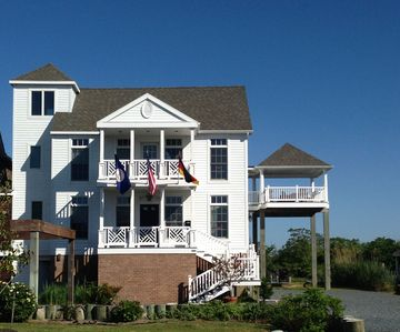 Elegant Waterfront Retreat,  Close to Town Ctr, Magnificent Sunsets, Elevator