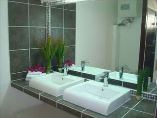 Orient Bay studio photo - Modern Bathroom.