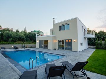 Villa Meliti, 300 meters from the sandy beach, 5 km from Chania town