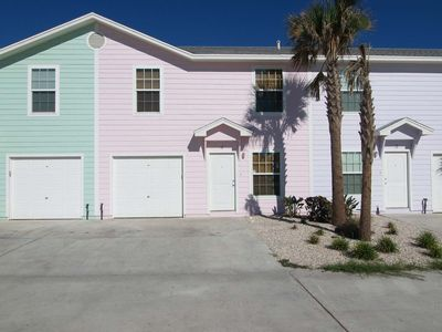 Tropical house, beach toys, pool and just 2 blocks from the beach!