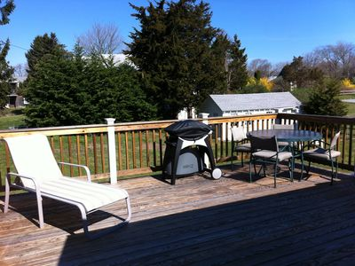 Huge new deck with grill, patio table & chairs, lounger!