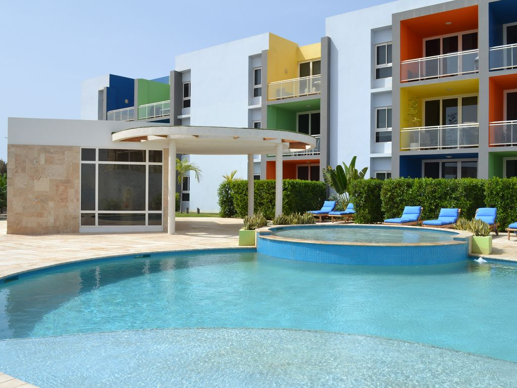 Luxury spacious and modern 2 or 3 beds homeaway noord for Luxury pool area