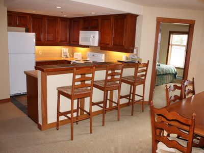 Fully equipped kitchen w/dining table that seats 6