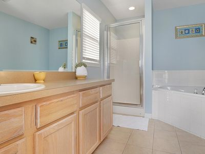 SPACIOUS       2400 SQ FT         SOUTH FACING HOME POOL & SPA, WIFI - Downstairs Master Bath. Shower and Garden Tub