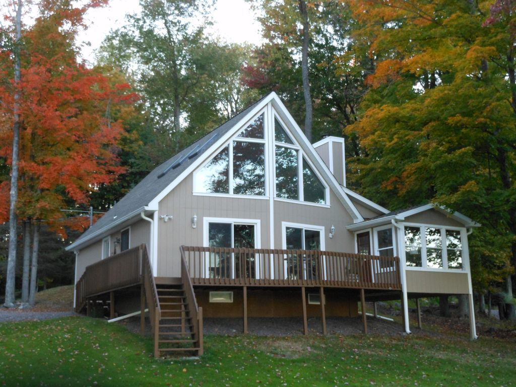 Pocono style lakehouse lakefront beachfront vrbo for Lake cabin rentals pennsylvania