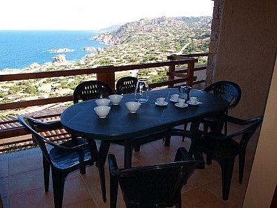 Casa Ciurina A is a modern and graceful apartment. It features a private terrace.
