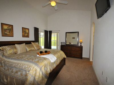 King Master (en-suite) Bedroom - cable TV, ceiling fan, walk-in closet