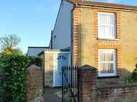 BAY COTTAGE, family friendly, with a garden in Gurnard, Ref 7782