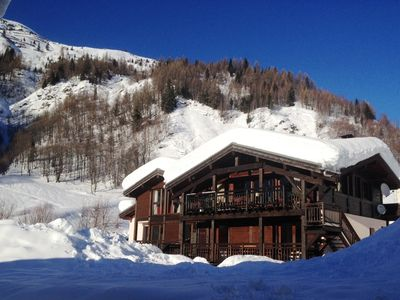 A 400 sqm ski-in/out chalet with hot tub, sauna, cinema, log fire & great views