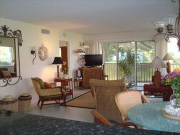Palm Beach Gardens condo rental - New Flat screen TV, T Bahama theme, screened wrap around porch, natural light