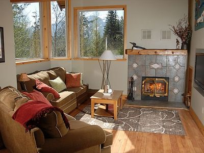 "Living room w/ vaulted celings, mountain views, 42"" HDTV, wood floors & wood F/P"