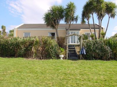 Detached cottage with a dream view of Kenmare Bay and its subtropical flair