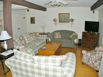 Gathering Room w/ 37inch Flat Screen TV