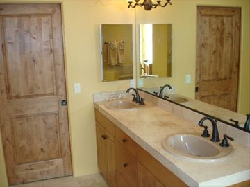Master bath witih double sinks, private shower, jetted tub & walk in closet