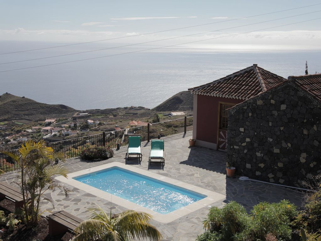 Nice house, pool, 3. 000m. of land, barbecue, terraces and sea views
