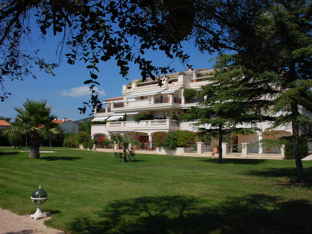 In Carqueiranne, in an exceptional location, a 2-bedroom fully fitted apartment