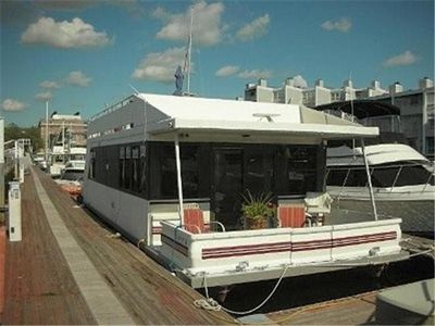Unique houseboat rental in downtown boston amazing for Houseboats for rent in california