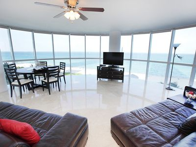 Semi-circular LR with 270 degree views of the ocean.