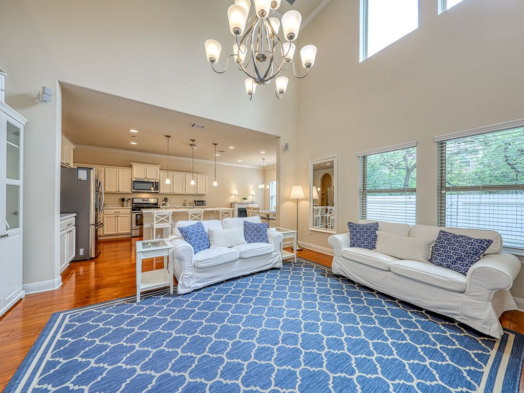 Family-friendly townhome w/ enclosed yard & patio – close to Lake Travis!