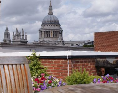 Relax on the terrace w views of St Paul's