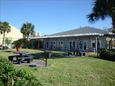 Destin condo rental - Picnic area with grills at the clubhouse