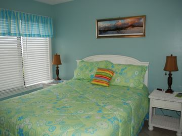 Master bedroom: Queen