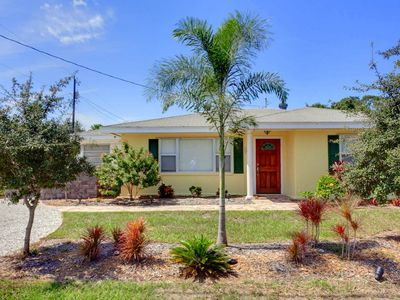 You'll never see a more colorful vacation home! - You'll love the cute Florida vacation rental cottage with a lovely sunroom and charming landscape! No need to park on the street or in the grass -- the driveway has room for all your vehicles!