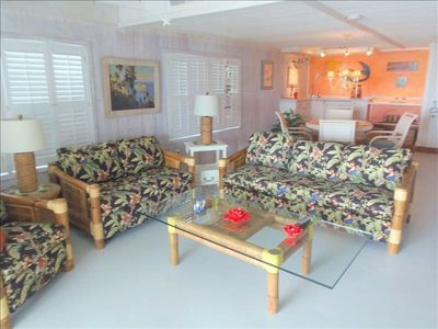 Spacious lower unit living room overlooking the beach & gulf! Bar & Dining !