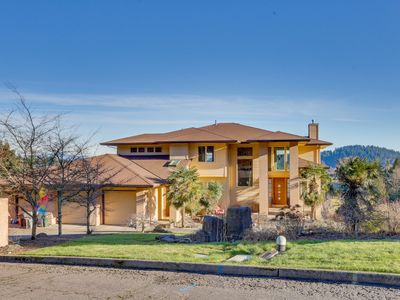 Spacious living in a quiet neighborhood with a furnished deck & Mt. Hood views
