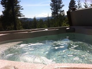 """THE Cabin Near Suncadia"": PRIVATE 8-Person HOT TUB with crystal clear water."