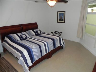 Aruba condo rental - Guest bedroom, 1 king size bed plus 1 twin trundle bed that pulls out from below