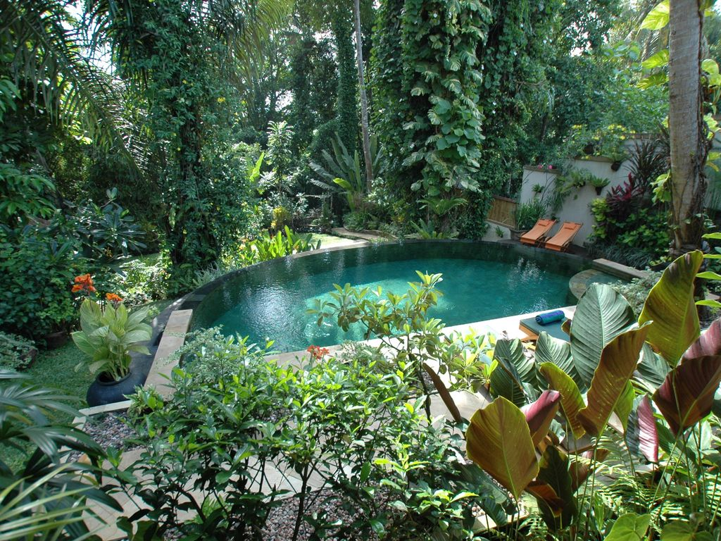 Secluded traditional style villa with homeaway mengwi for Garden pool surrounds
