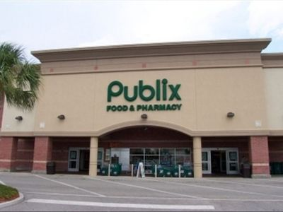 Publix super market only 1 block distance! and 24hours pharmacy!