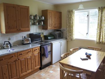 Strathan Cottage - kitchen & dining area for 5