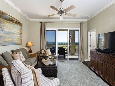 Relax in our plush living room with HDTV and ocean views - Relax in our plush, beautiful living room and enjoy the HDTV and Blu-ray player while you glace out the doors at the palm trees and ocean view!