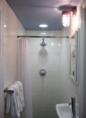 Philadelphia townhome photo - 4f and 4m shared bathroom