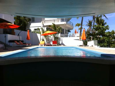 Swimming pool swim-up bar