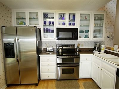 Beautiful, well-stocked kitchen with modern appliances