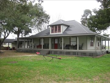 Round Top farmhouse rental - Charming 1935 farmhouse with huge wraparound porch and remodeled interior