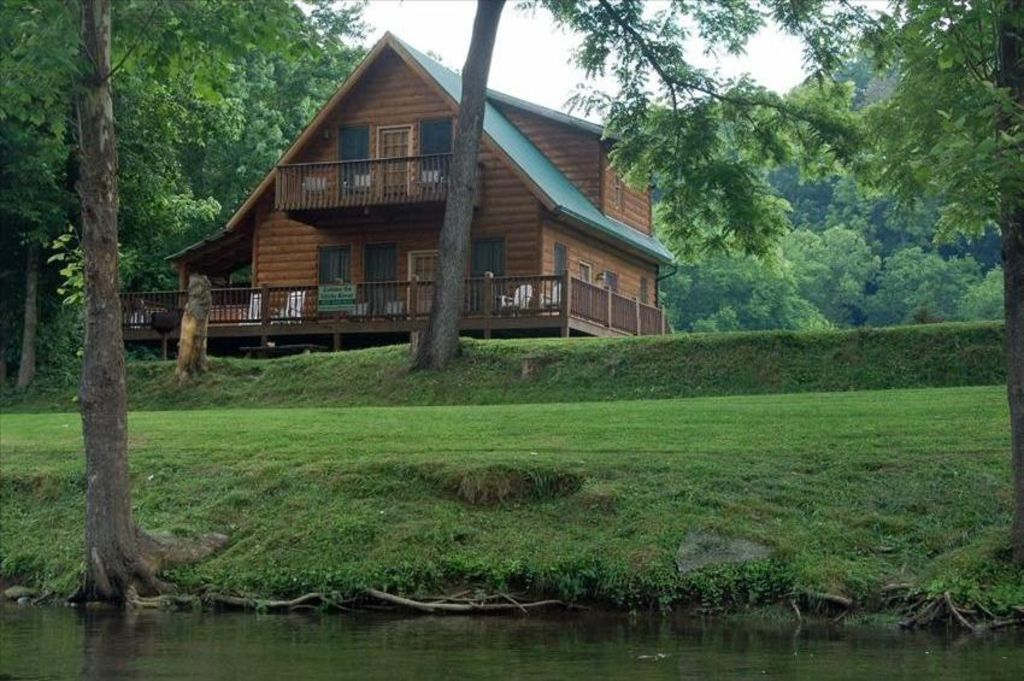 39 fishin hole cabin 39 overlooking the 39 little river 39 in